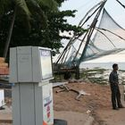chinesische Fischernetze + Zapfsaeulein in Kerala