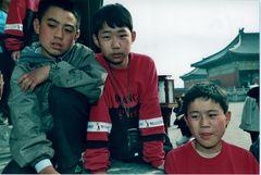 Chinesische Kinder sehen einen Filmwechsel