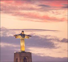 Christo Rei vor himmlisch leuchtendem Abendhimmel
