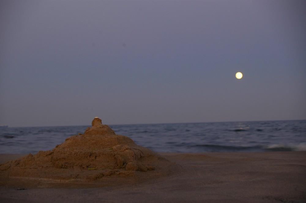 Château de sable et lune de Mer