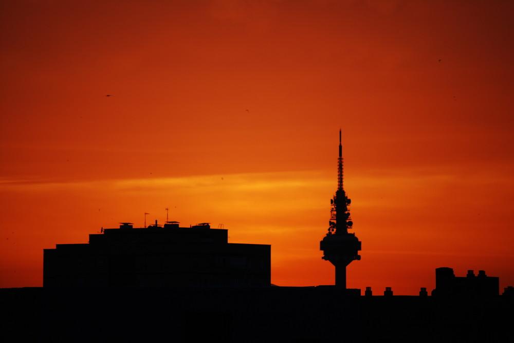 cielo madrileño con el piruli de fondo tonos naranjas