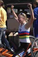 Citylauf - strahlende Siegerin bei dem Wettbewerb der Handbiker
