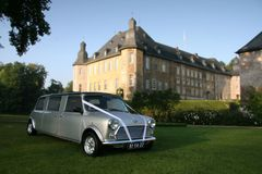 Classic MINI Stretch-Limo am Schloss