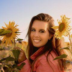 Claudia im Sonnenblumenfeld