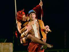 CLAUDIA KOTTAL als Kitty Sahne und FLORIAN TEICHTMEISTER als Dromio von Ephesius