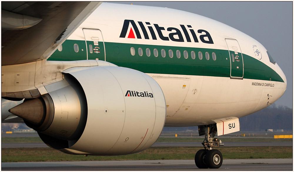 close up Alitalia Boeing 777-243ER