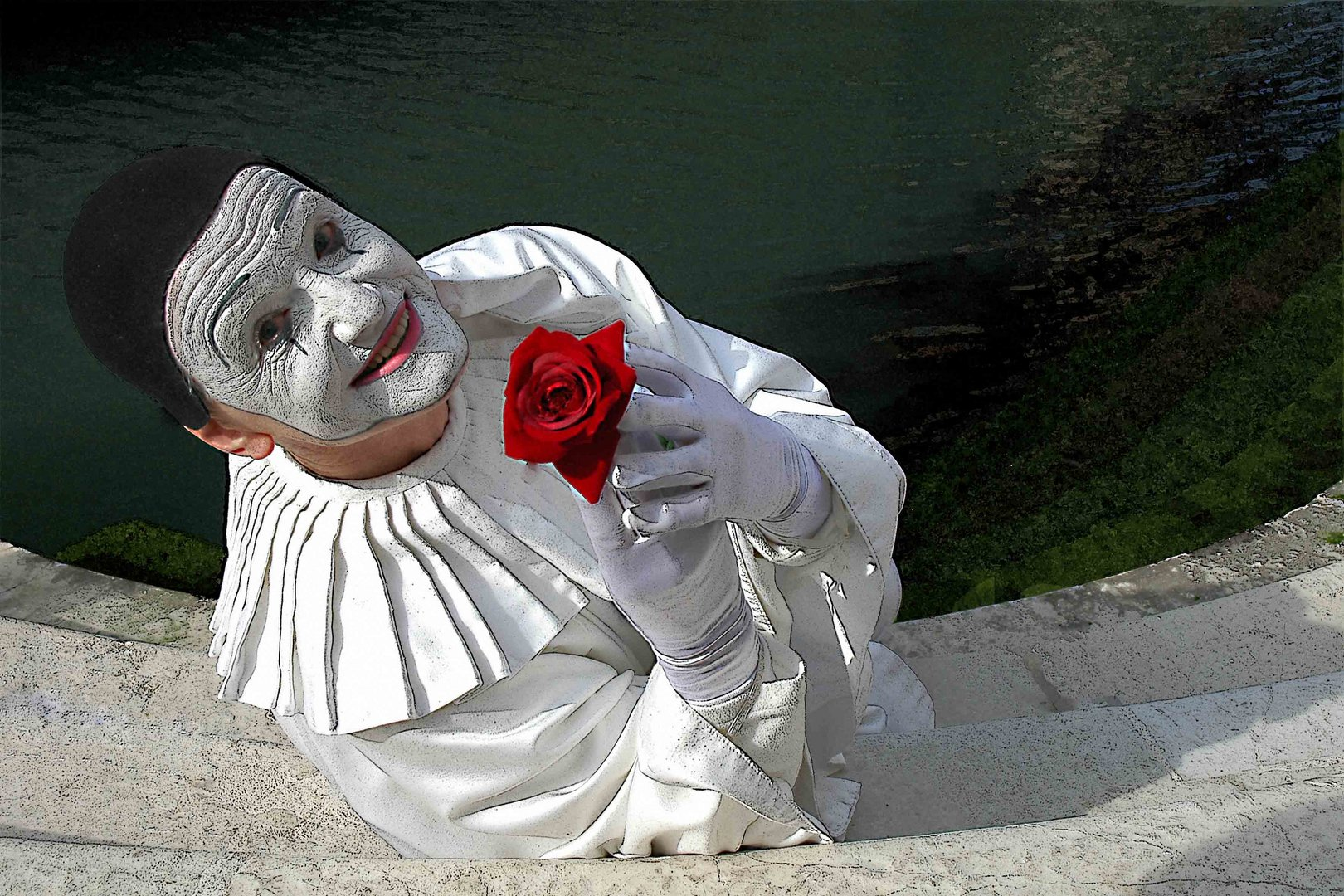 Clown mit roter Rose
