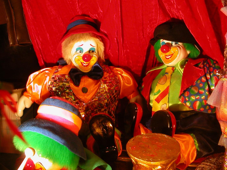 Clowns dans une vitrine