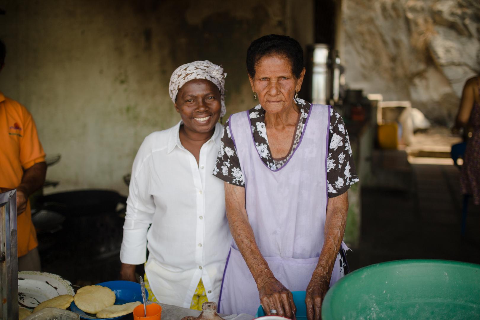 Cocinera haciendo arepas de huevo por cincuenta años en Santa Marta