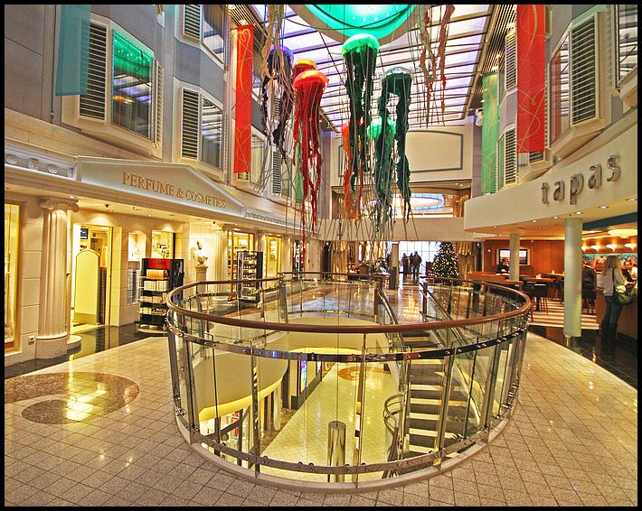 COLOR MAGIC - Promenade mit Läden