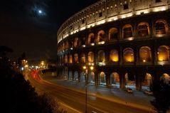 Colosseum Rom bei Nacht und Verkehr