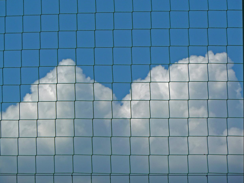 Come nuvole in gabbia.