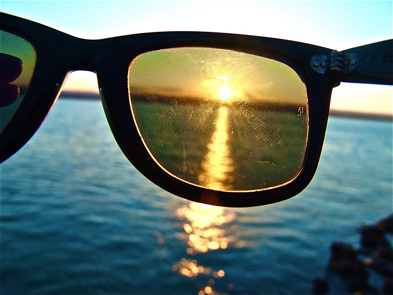 Comme un refus d'eblouissement avec nos lunettes devant nous, nous refusons le bonheur...