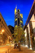 Commerzbank-Tower in Frankfurt bei Nacht (unbegradigt)
