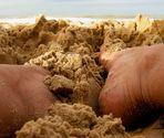con los pies en la arena