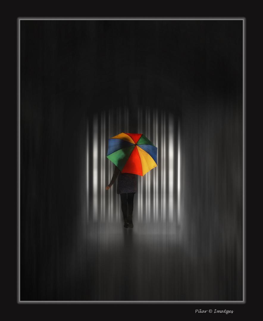 Con su paraguas de colores..