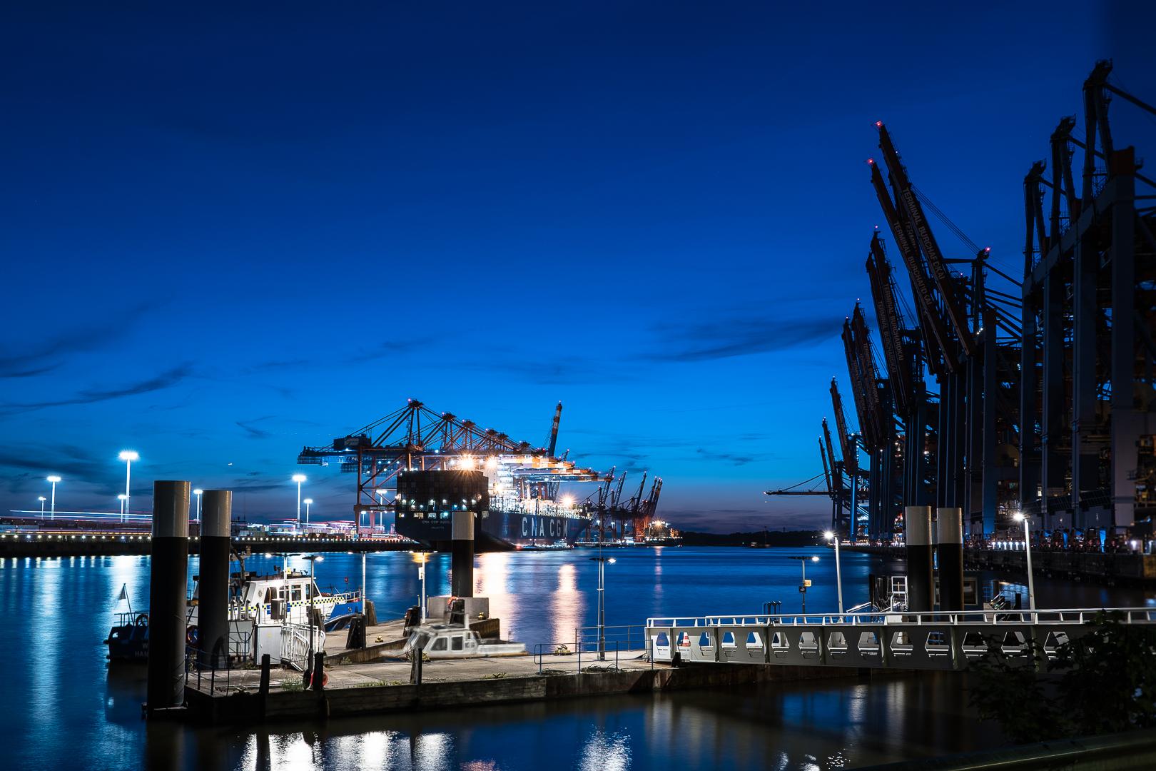Containerhafen Hamburg zur blauen Stunde