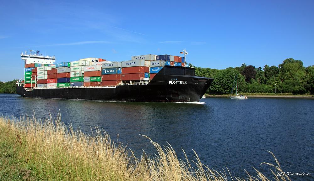 Containerschiff Flottbek von vörn.......