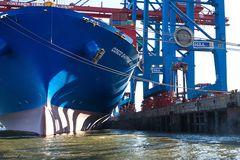 Containerschiff und Containerbrücken ganz nah