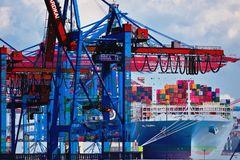 Containerschiff und Terminal