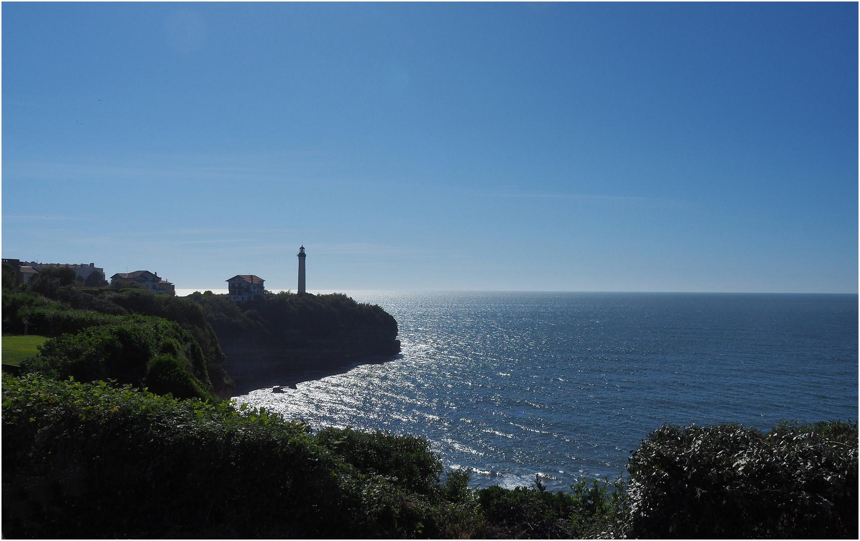 Contre-jour sur le Phare de Biarritz et la Pointe Saint-Martin