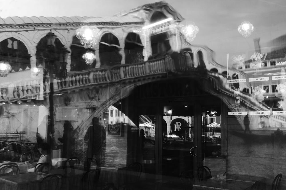 Coppa Macedonia auf oder Ice Caffé unter der Brücke