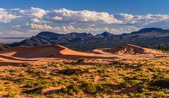 Coral Pink Sand Dunes gegen Moccasin Mountain, Utah, USA