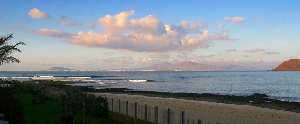 Corralejo: Blick auf Lanzarote am Abend
