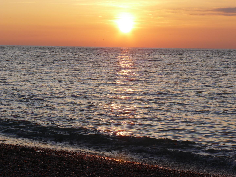 Couché de soleil sur plage de galets