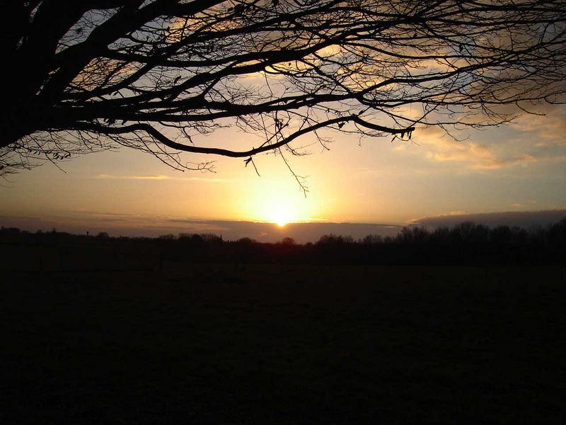 coucher de soleil dans les nuages au loin...