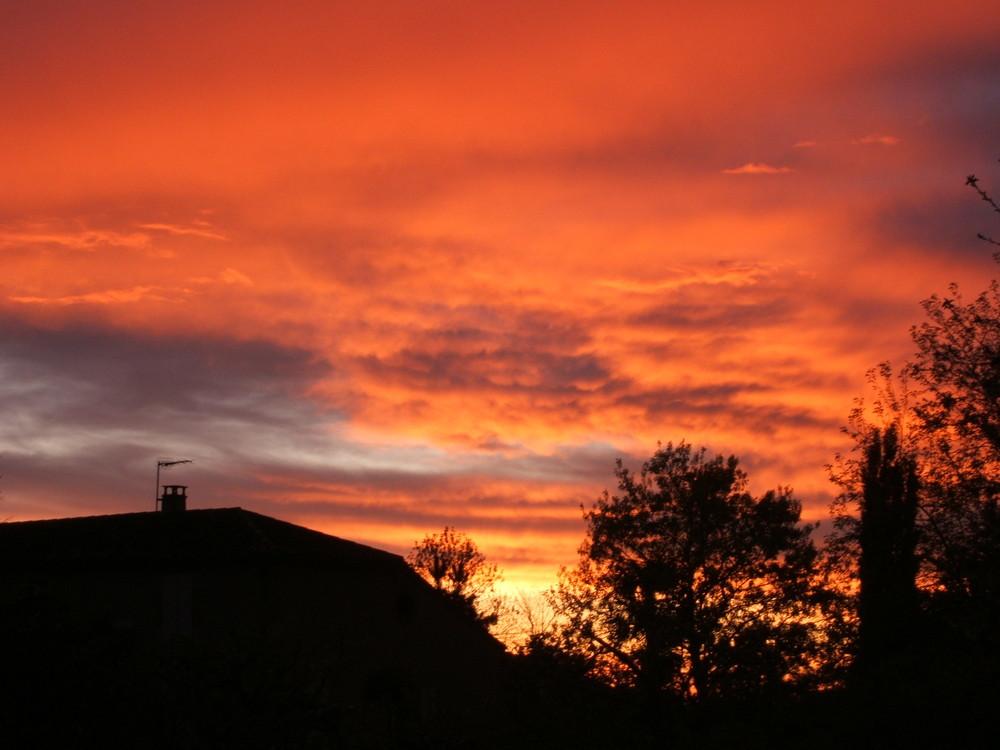 Coucher de soleil , derière les nuages