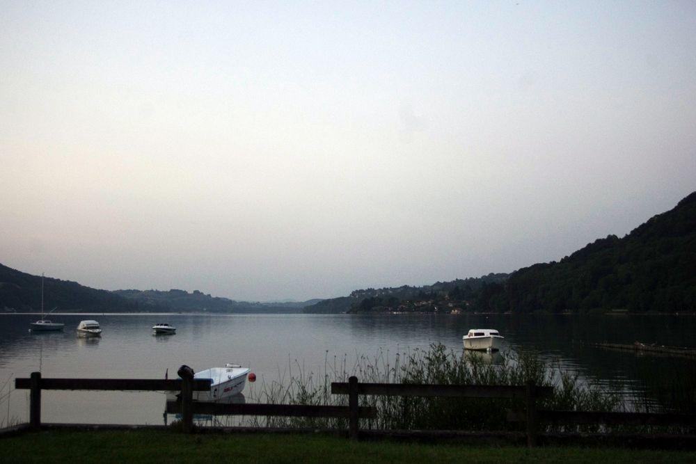 crépuscule sur le lac de Paladru (38) ....