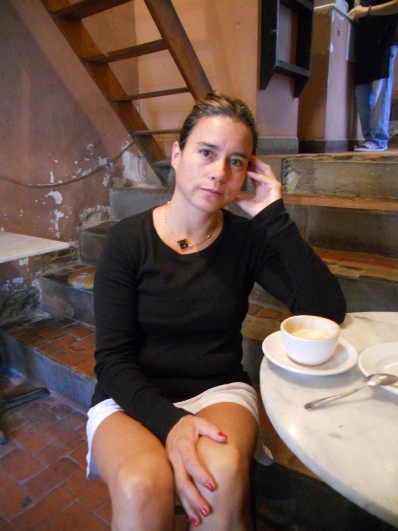 Cristina tomando café