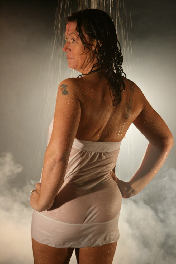 Cristine beim Wassershooting im Studio