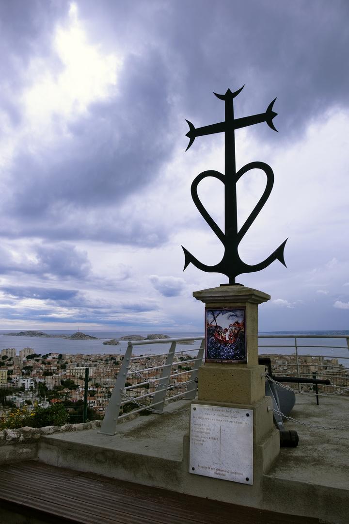 Croix camarguaise à N D de la Garde.