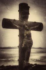 Croix grave au bord de la mer