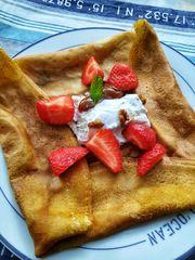 Crêpes aux fraises, glace aux noix et caramel