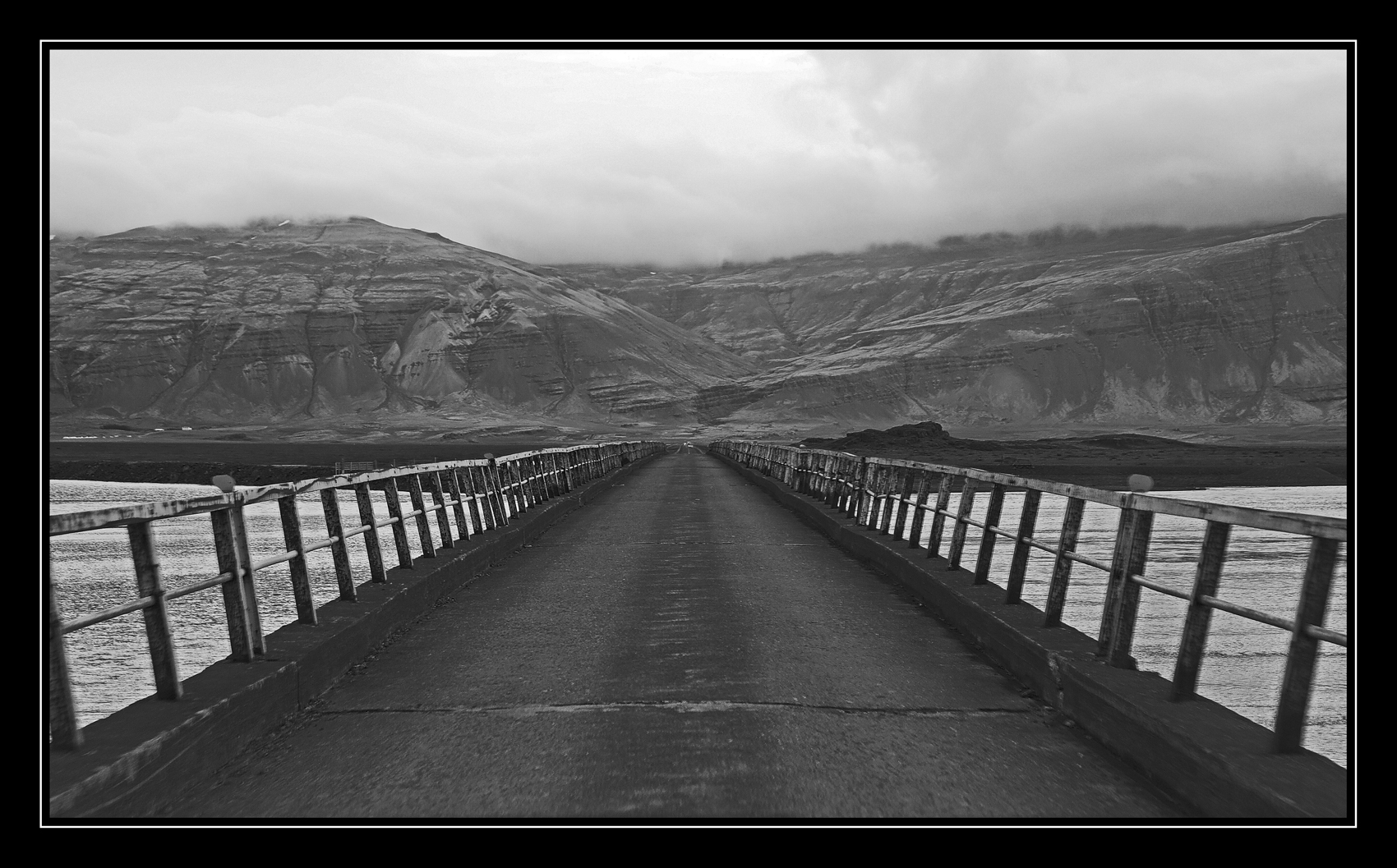 Cruzando el puente B/N