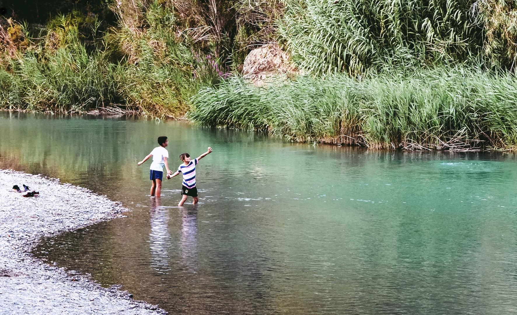 Cuando lanzar piedras al río era un juego - When throwing stones to the river was a game