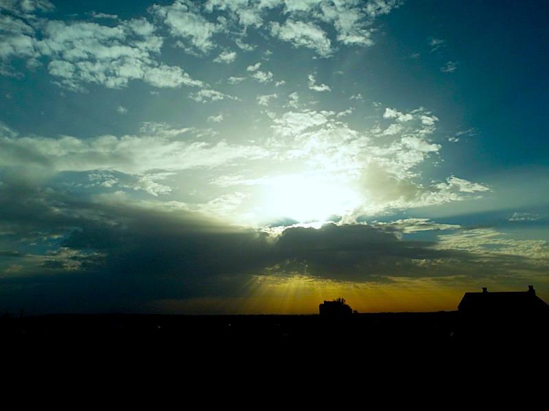Cuando las nubes tapan al Sol.....puede ocurrir esto...