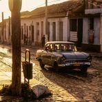 CUBA PKW im Gegenlicht Trinidad dia Ü900K