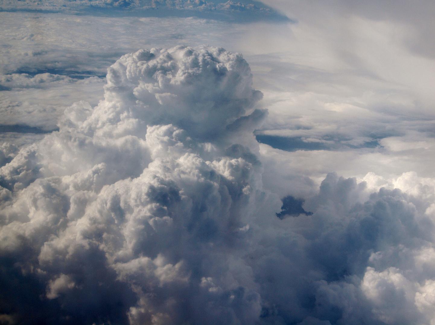 Cumulus nimbus sobrevolando por encima de Valencia