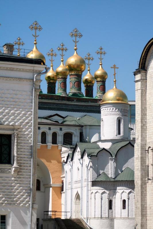 Cupulas en la Plaza de las catedrales dentro de las murallas del Kremlin Moscú