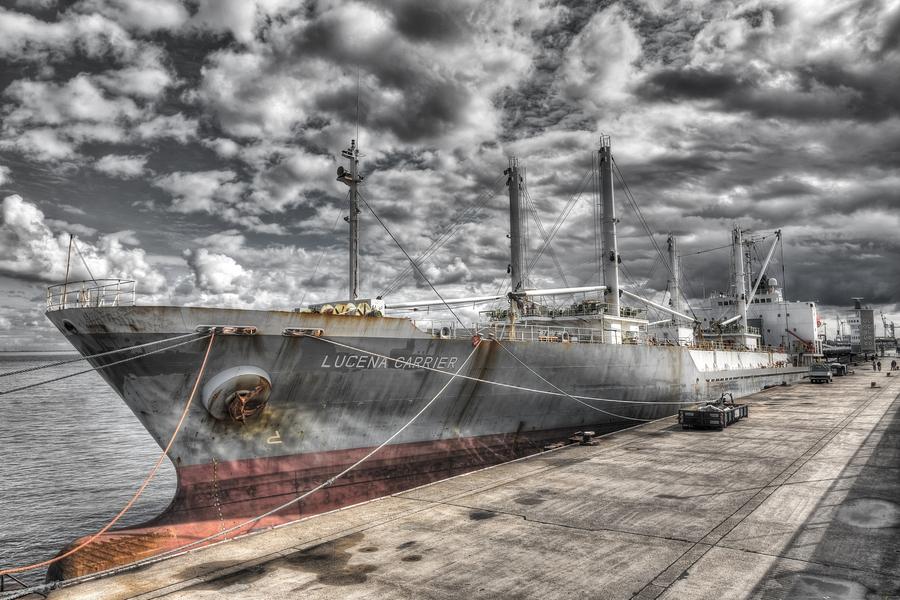 Cuxhaven - Lucena Carrier an der Seebäderbrücke