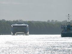 da kommt ein besonderes Schiff, im Gegenlicht, auf dem Nord-Ostsee-Kanal ....
