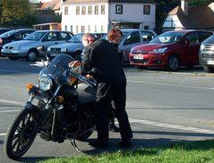 °°° Da kommt ja endlich der Chef-nee, nee -als letzter und auch noch einen extra Parkplatz °°°
