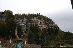 da oben ist eine Felsenburg zu besichtigen