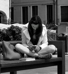 ...da seduto su una panchina...9