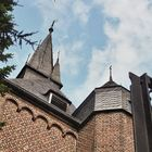 Dach der katholischen Kirche Jüchen-Otzenrath mit Figur und Kreuz
