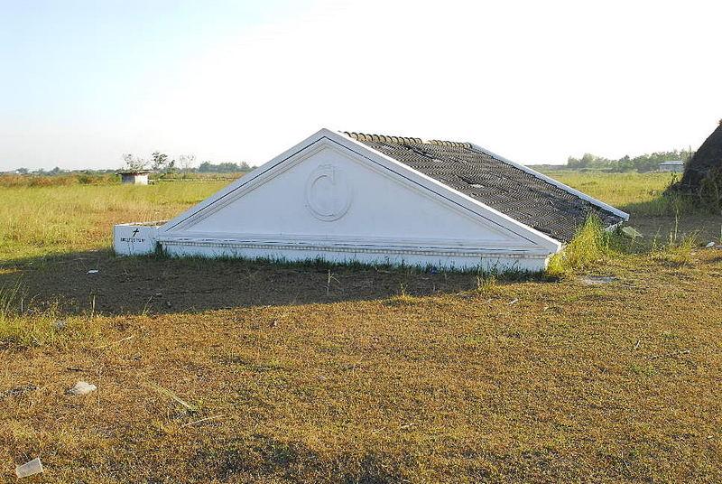 Dach eines in Asche versunkenen Gebaeudes in Bacolor